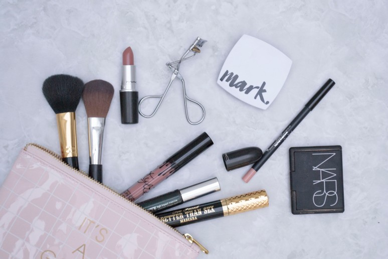 WHATS IN MY MAKE UP BAG