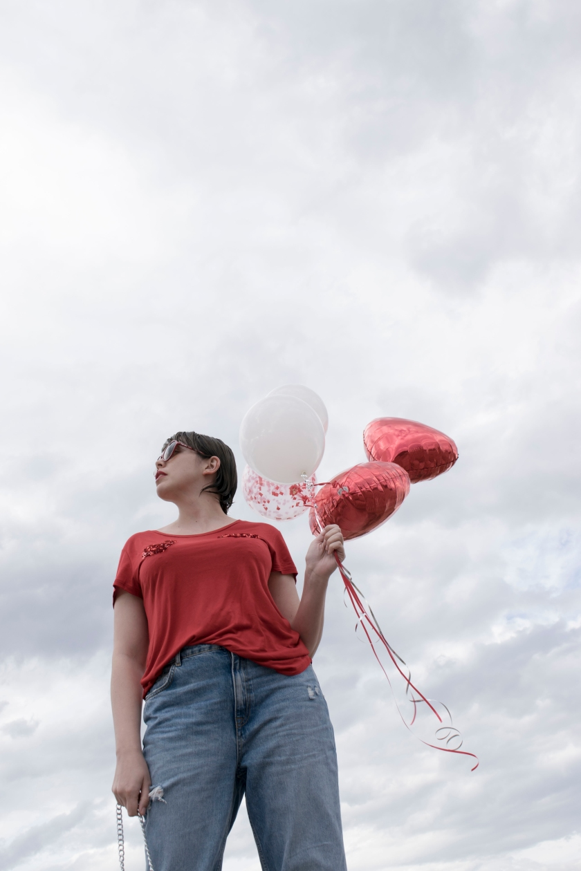 valentines day, balloons, red t-shirt, mom jeans, silver bag, small bags, tumblr girl, love, love pictures, valentines day outfits, cool outfits, valentines day balloons, girls with ballons, personal style, jeans and a t-shirt, heartshaped glasses, mexican fashion blogger, style blogger, mexican, bloggers mexicanas, clouds, balloons in clouds, sky, ripped jeans, outfit, red t-shirt outfit