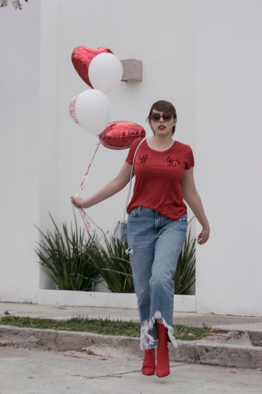 valentines day, balloons, red t-shirt, mom jeans, silver bag, small bags, tumblr girl, love, love pictures, valentines day outfits, cool outfits, valentines day balloons, girls with ballons, personal style, jeans and a t-shirt, heartshaped glasses, mexican fashion blogger, style blogger, mexican, bloggers mexicanas, clouds, balloons in clouds, sky, ripped jeans, outfit, red t-shirt outfit, red boots, sock boots, sequins, sequined hearts, t-shirt from h&m
